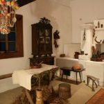 Wnętrze komory z wyposażeniem; naczyniami zasobowymi przeznaczonymi do przechowywania ziarna.