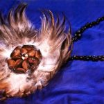 Naszyjnik z piór i muszli - symbol władzy