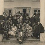 Pamiątkowe zdjęcie ekipy filmowej i mieszkańców Czombrowa. Sierpień 1928 r. ze zb. J. Puchalskiej