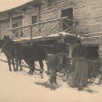 Scena z zycia dworu w Czombrowie, lata I wojny. Fot. ze zb. J. Puchalskiej