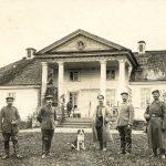W czasie I wojny w Czobrowie stacjonowały wojska niemieckie i austriackie. Pocztówka ze zb. Joanny Puchalskiej