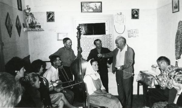 Fot. Dokumentacja folkloru muzycznego przez Franciszka Kotulę. Głowienka k. Krosna, 1962 r., fot. A. Hadała